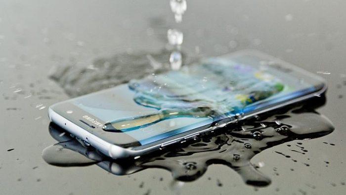 Se me cayó el celular al agua y no prende